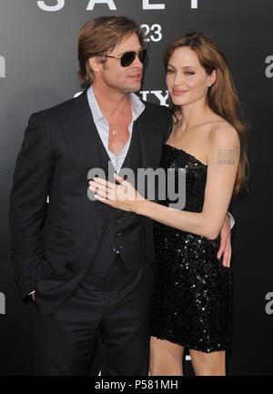 Brad Pitt & Angelina Jolie Salz Premiere auf der Chinese Theatre in Los Angeles. Brad Pitt_Angelina Jolie_11. Schauspieler, Schauspielerin, Premiere, Berühmtheit-fall, Ankunft, Vertikal, Filmindustrie, Prominente, Bestof, Kunst, Kultur und Unterhaltung, Topix - Stockfoto