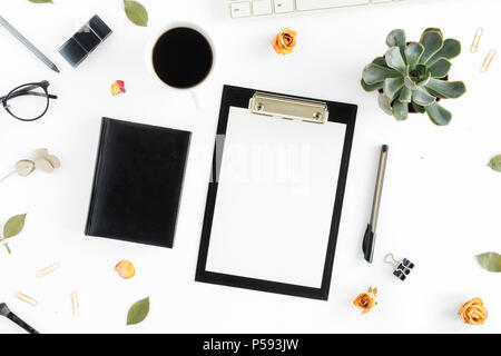 Feminine Schreibtisch Arbeitsbereich mit saftigen, Zwischenablage, Tagebuch, Tastatur, golden Clips, Kugelschreiber, Tasse Kaffee und trocken Rose auf weißem Hintergrund. Flach, oben v - Stockfoto