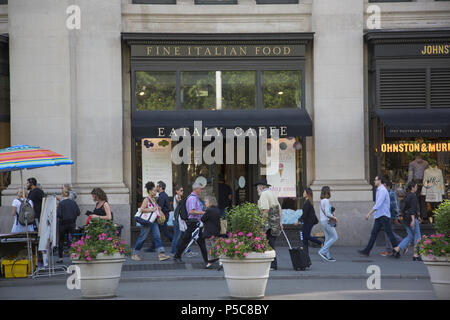Die eataly Store und Caffè Lavazza in 200 5. Avenue im Flatiron District in der Nähe der 23. Straße ist immer voll mit Touristen und einheimische Lebensmittel einkaufen. - Stockfoto