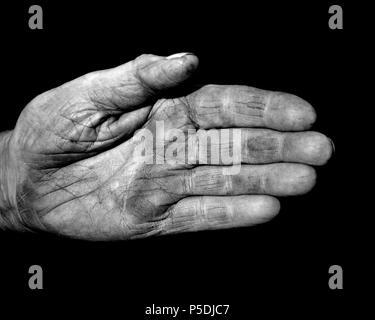 Eine schwarze und weiße Schuß eines verwitterten Charakter Hand zeigen alte Haut. - Stockfoto