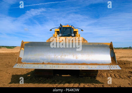 Vorderansicht eines Earthmover auf Brachflächen - Stockfoto
