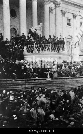 Präsident Abraham Lincoln mit seiner zweiten Antrittsrede vor der United States Capitol, März 4, 1865. Der Gast erwartet die Adresse des Präsidenten. Lincoln sitzt noch an der linken Mitte. Auf Lincoln's Links sind die Richter des Obersten Gerichts; zu seiner Rechten, die Mitglieder seines Kabinetts. An seinem sofort rechts, ist Andrew Johnson; und, neben Johnson und schaut in den Kameramann, ist der scheidende Vizepräsident Hannibal Hamlin. - Stockfoto
