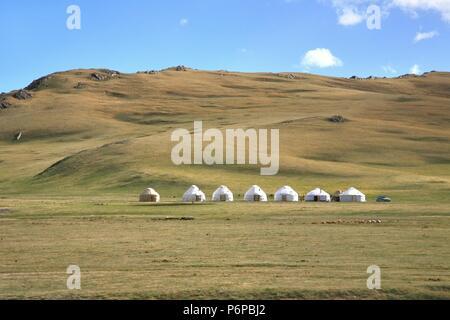 Ger camp in einer großen Wiese bei Ulaanbaatar, Mongolei - Stockfoto