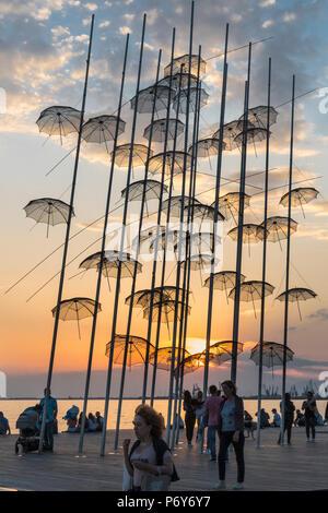Georgios Zongolopoulos sonnenschirme Skulptur bei Sonnenuntergang auf Thessaloniki Waterfront, Mazedonien, Nordgriechenland - Stockfoto
