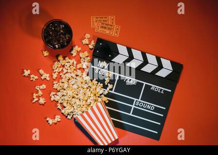 Watching Film mit Popcorn auf roten Hintergrund der Ansicht von oben - Stockfoto