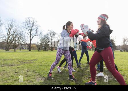 Frauen Boxen in Park - Stockfoto