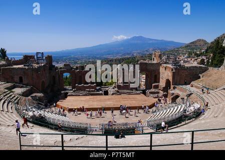 Griechische Theater in Taormina mit dem Vulkan Ätna im Hintergrund, Sizilien, Italien - Stockfoto