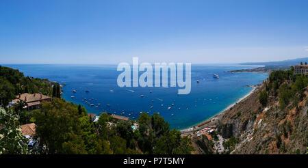 Panorama Blick auf die Bucht von Taormina, Sizilien, Italien - Stockfoto