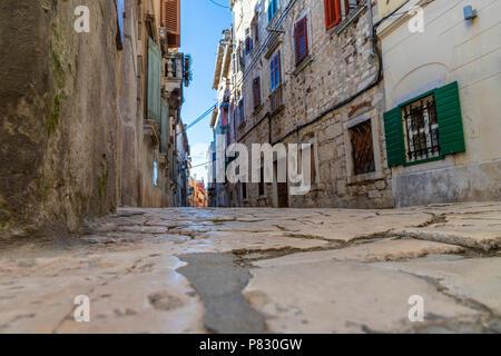 Straße und Gebäude in der Altstadt von Rovinj in Kroatien - Stockfoto