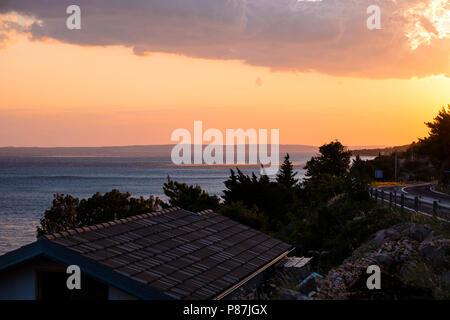Sonnenuntergang an der Dalmatinischen Küste in der Nähe von Zadar, mit Bora Wind auf dem Wasser sichtbar - Stockfoto