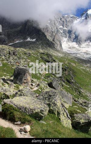 Niedrige Wolken hängen an der Flanke des Berges Overhead der Plan-de-l'Aiguille in das Mont Blanc Massiv in Frankreich - Stockfoto