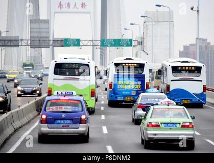 Service Busse und Taxis auf der Nanpu Brücke in Shanghai (China), 23. September 2017.   Verwendung weltweit - Stockfoto