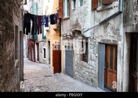 Kroatien - Rovinj auf der Halbinsel Istrien. Alte Stadt gepflasterten Straße. - Stockfoto