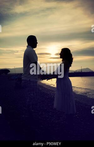 Silhouette von ein paar am Strand - Stockfoto