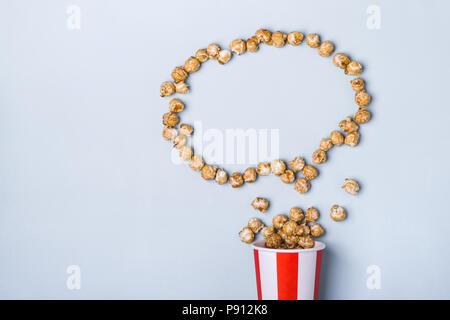 Sweet caramel Popcorn in Papier gestreift weiß rot Tasse. - Stockfoto