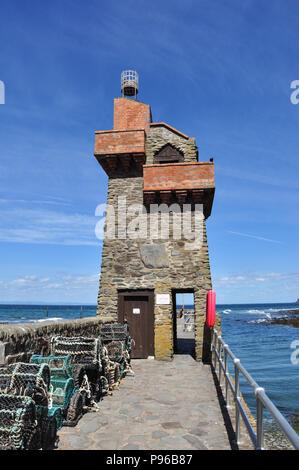 Rheinische Turm auf der Hafenmauer, Lynton, North Devon, England, Großbritannien - Stockfoto