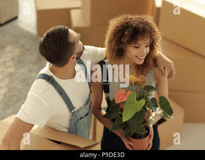 Schöne junge Paar Kisten in ein neues Zuhause. - Stockfoto