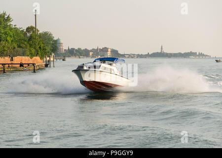 Europa, Italien, Veneto, Venedig. Schnelles Motorboot brechende Wellen. Nice nealr di Venezia Lido di Venezia. Großes Wasser spritzen. - Stockfoto