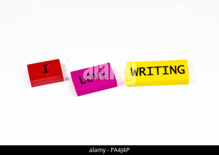 Die Freude über den ersten Tag in der Schule in Blöcken ausgedrückt, ich liebe Schreiben. - Stockfoto