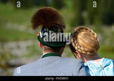 Paar in bayerischer Tracht mit Tiroler Hut von hinten, Nahaufnahme, Reit im Winkl, Bayern, Deutschland - Stockfoto
