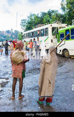 LALIBELA, Äthiopien - September 27, 2011: Unbekannter Menschen in Äthiopien an der Bushaltestelle. Menschen in Äthiopien leiden der Armut wegen der instabilen Situation - Stockfoto