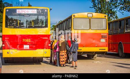 OMO, Äthiopien - September 21, 2011: Unbekannter Menschen in Äthiopien an der Bushaltestelle. Menschen in Äthiopien leiden der Armut wegen der instabilen Lage - Stockfoto