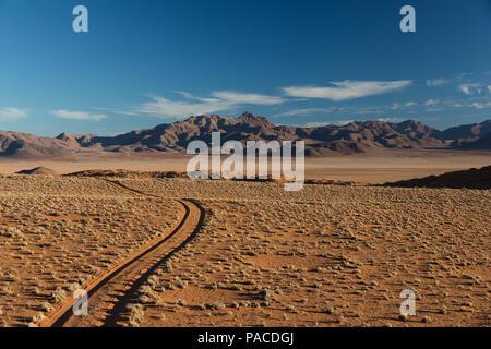 Sandweg Titel fire-Straße in die Namib Wüste führenden - Stockfoto