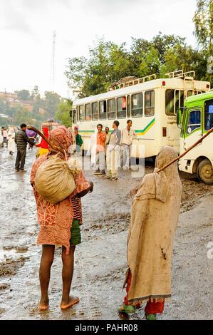 LALIBELA, Äthiopien - September 27, 2011: Unbekannter Menschen in Äthiopien an der Bushaltestelle. Menschen in Äthiopien leiden der Armut wegen der instabilen situ - Stockfoto
