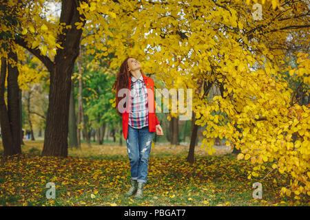 Happy girl auf die Bäume im Herbst begeistert - Stockfoto