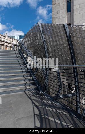 Die neue Treppe ist über die Themse freitragende, verbinden die London Bridge und den Fluss Gehweg acht Meter unter. Die Edelstahl-Bildschirm - Stockfoto