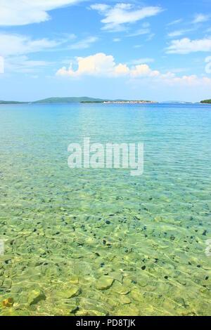 Meer und Seeigel auf der Adria, Insel Krapanj im Hintergrund, Kroatien - Stockfoto