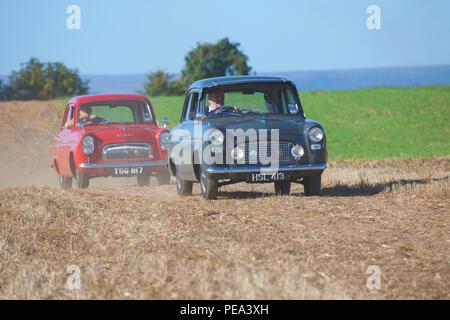 Ein Ford beliebt und Ford Prefect Ankunft auf einem Oldtimertreffen im Ainderby, North Yorkshire - Stockfoto