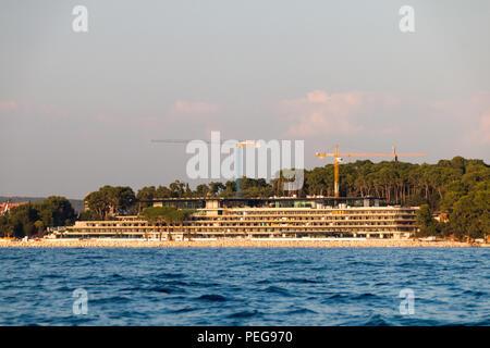Rovinj, Kroatien - 24. Juli 2018: Blick auf die Baustelle eines neuen Luxus Hotel in der Hafenstadt Rovinj, Kroatien. - Stockfoto