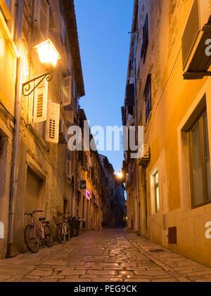 Rovinj, Kroatien - 24. Juli 2018: die Nacht in einer der verwinkelten Gassen der Altstadt von Rovinj, Kroatien. - Stockfoto