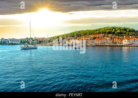 Boote im Hafen der kroatischen Küstenstadt Hvar, eine der vielen Inseln in der Nähe von Dubrovnik und Korcula an der dalmatinischen Küste in Kroatien - Stockfoto