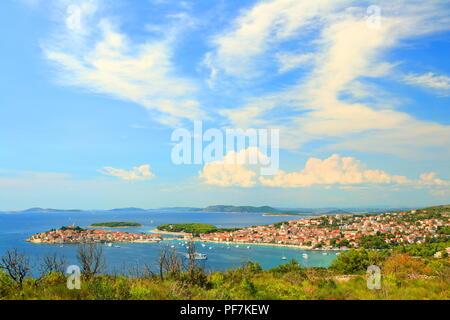 Primosten, malerische touristische Destination auf der Adria, Kroatien - Stockfoto