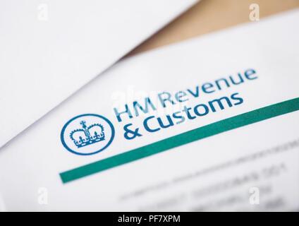 LONDON, Großbritannien - 18 August, 2018: HM Revenue & Zoll Erklärung mit Umschlägen closeup - Stockfoto