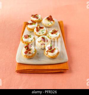 Wachtelei und knusprigem Speck croustades - Stockfoto