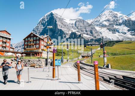 Schweiz - 22. August 2016: Kleine Scheidegg Bahnhof mit schneebedeckten Berge und das alte Dorf - Stockfoto
