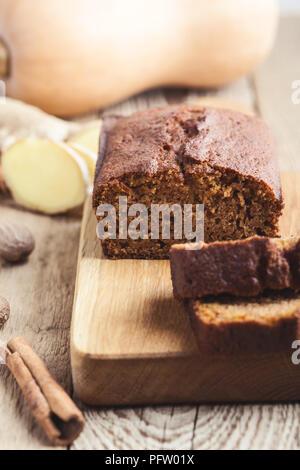Hausgemachte frisch gebackenen Kürbis Brot Kuchen auf rustikalen Holzbrett, geschnitten und bereit zu essen - Stockfoto