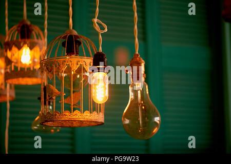 Glühlampen Erickson ausgesetzt mit der Zellen mit der Dekoration Vogel. Gelbe warmes Licht - Stockfoto