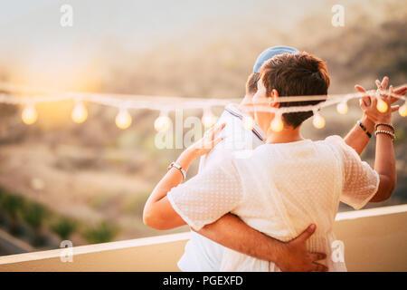 Schönes Paar tanzen auf der Terrasse auf dem Dach mit natürlichen Blick. Liebe und dating Konzept für Menschen zusammen in romantische Freizeitbeschäftigung mit l - Stockfoto
