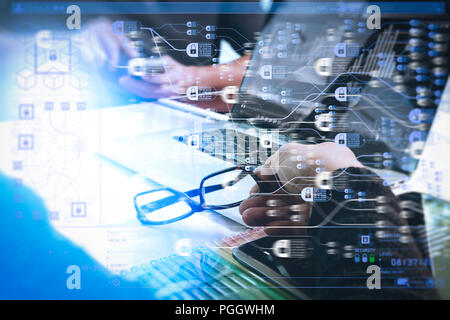 Blockchain Technologiekonzept mit Diagramm der Kette und verschlüsselte Blöcke. zwei Kollegen website Designer über Daten und digitalen Tablet und Comput - Stockfoto