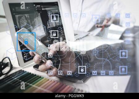 Blockchain Technologiekonzept mit Diagramm der Kette und verschlüsselte Blöcke. zwei Kollegen Web Designer über Daten und digitalen Tablet und Computer la - Stockfoto