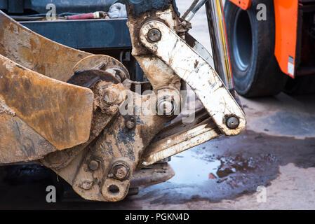 Bulldozer, Bagger close-up, Heavy Metal mit eisernen Pfanne und große Räder an der Arbeit in den sand Steinbruch, Ausgrabungen von Sand, Erde und Boden, Industriegelände, Baustelle - Stockfoto