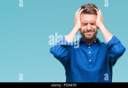 Jungen gutaussehenden Mann über isolierte Hintergrund Kopfschmerzen leiden, verzweifelte und betonte, weil Schmerz und Migräne. Hände auf den Kopf. - Stockfoto
