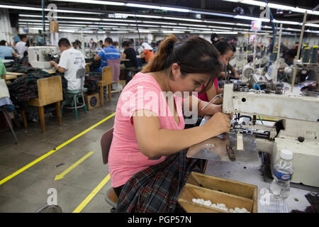 """Ana Patricia, einer der 1.700 Arbeiter an der Picacho Textilfabrik in Valle San Andres, El Salvador am 15. August 2017. Sie arbeitet in der Fabrik für drei Monate, aber Träume der Beendigung des Studiums - sie verließ die Schule mit 17 zu geben - ihr 2-jähriger Sohn ein besseres Leben. Sie sagt: """"Hier ist es gefährlich. Wenn Sie gehen aus dem Haus, sie nicht wissen, was Sie auf dem Weg treffen werden."""" Foto: Bénédicte Desrus - Stockfoto"""