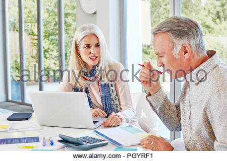 Ältere Ehepaare gemeinsam zu Hause. - Stockfoto