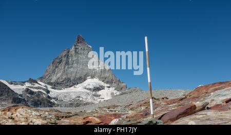 Blick auf Matterhorn entlang dem Wanderweg von Trockener Steg zum Schwarzsee, in den Schweizer Alpen, Montag, 22. August 2016, in der Nähe von Zermatt, Schweiz. - Stockfoto