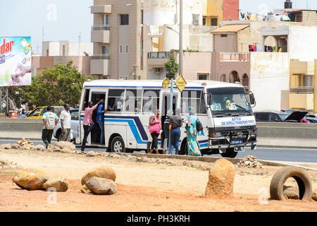 DAKAR, SENEGAL - Apr 27, 2017: Unbekannter Senegalesen im Bus zu Fuß auf den Anschlag in Dakar, der Hauptstadt Senegals - Stockfoto